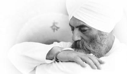 Il Kundalini Yoga non è lo yoga che si pratica in solitudine in cima a una montagna e fuori dalla realtà, è stato insegnato per la gente che lavora, che ha una famiglia e che è sottoposta agli stress di ogni giorno... YB